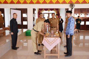 Walikota Metro Achmad Pairin menyerahkan SK kepada 251 PNS formasi 2018