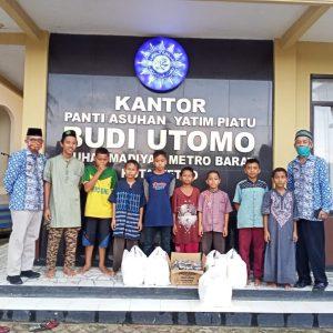 Memasuki Hari ke- 14 Ramadhan 1441 H, Ketua LKKS  Ibu Riana Sari Arinal Bagikan Nasi Kotak di Kota Metro
