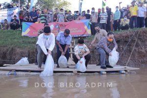 Budidayakan Ikan Air Tawar, Gubernur Arinal Tebar Bibit Ikan di Sungai Tiuh Negara Batin, Way Kanan