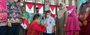 Wabup Mad Hasnurin Bagikan Seragam Gratis di SMPN 1 Liwa