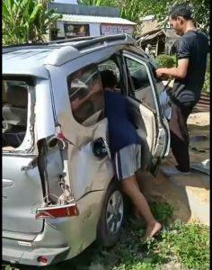 Seorang Anak tak Sadarkan Diri, KA Babaranjang Seret mobil Avanza sejauh 8 meter