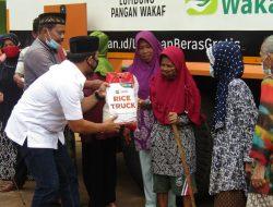 Gunakan Rice Truck Ketua Komisi II DPRD Lampung Wahrul Fauzi Silalahi bersama ACT Bandar Lampung bagikan 6 ton Beras