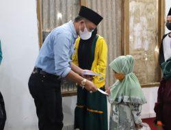 Penyerahan bantuan berupa santunan kepada anak Yatim/Piatu.
